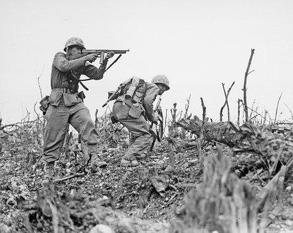 Soldati che sparano- immagine in bianco e nero